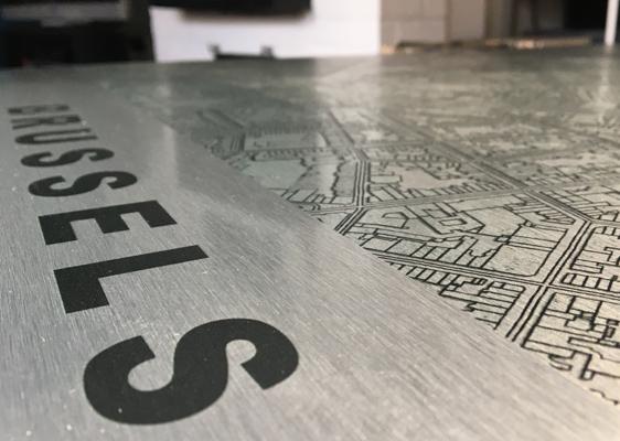 détail carte en aluminium brossé